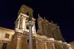 布林迪西看法在与罗马专栏的夜之前在沿海岸区 库存照片