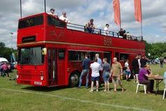 布罗姆利, LONDON/UK - 6月07日:布罗姆利壮丽的场面开汽车 最大的一天经典车展在世界上! 免版税库存照片