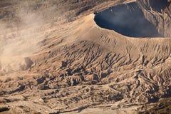 布罗莫火山火山在日出期间的Gunung Bromo从在登上Penanjakan的观点,在东爪哇省,印度尼西亚 库存图片