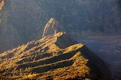 布罗莫火山火山在日出期间的Gunung Bromo从在登上Penanjakan的观点,在东爪哇省,印度尼西亚 免版税库存照片