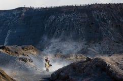 布罗莫火山的御马者,活火山是其中一个被参观的旅游胜地 库存照片
