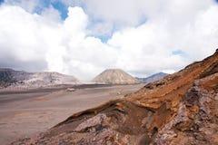 布罗莫火山,与云彩天空的一座活火山在腾格尔塞梅鲁火山国家公园的 库存图片