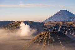 布罗莫火山,在Java,印度尼西亚的Mt Batok和塞梅鲁火山 免版税库存图片