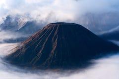 布罗莫火山,薄雾白色云彩围拢的一座活火山  免版税图库摄影
