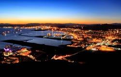 直布罗陀和Linea de la康塞普西翁角Nightview  免版税库存照片