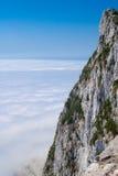 直布罗陀在云彩上的峭壁面孔在天空 免版税库存照片