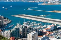 直布罗陀小游艇船坞和简易机场 免版税库存图片