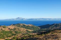 直布罗陀海峡的看法和山Jebel芭蕉科在从西班牙边的摩洛哥,普罗旺斯卡迪士,西班牙 库存照片
