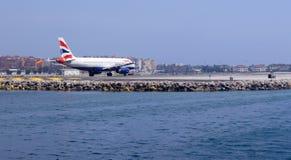 直布罗陀的机场有飞机的 库存图片