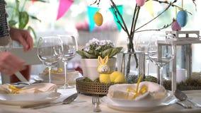 布置与兔宝宝和蛋装饰的少妇复活节欢乐桌 影视素材