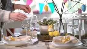 布置与兔宝宝和蛋装饰的少妇复活节欢乐桌 股票视频