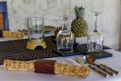 布置在巴厘语样式的桌与竹样式和蜡染布,装饰用新鲜的菠萝 免版税库存图片