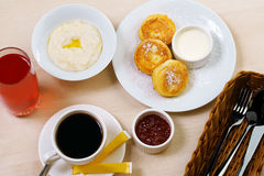 布置桌用粥在咖啡馆的乳酪蛋糕咖啡 库存图片