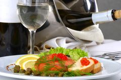 布置表的宴会鱼子酱红色海鲜 免版税库存照片