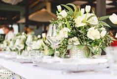 布置装饰的白色和水色蓝色结婚宴会的桌 免版税库存图片