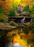 巴布考克的磨房垂直在一个完善的秋天早晨 免版税图库摄影
