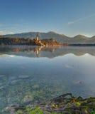 布莱德湖,城堡流血和圣母玛丽亚-早晨秋天图片的教会做法 库存图片