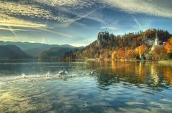 布莱德湖,城堡流血,教会圣小游艇船坞和圣母玛丽亚斯洛文尼亚-秋天图片的教会做法 库存照片