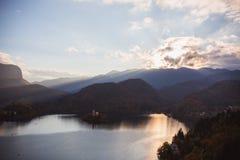 布莱德湖,海岛在日出的湖在秋天或冬天 图库摄影