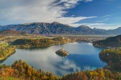布莱德湖,海岛流血和圣母玛丽亚,斯洛文尼亚-从高峰Mala Osojnica的秋天视图的教会假定 免版税库存照片
