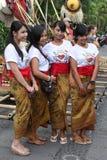 布裙的美丽的巴厘语妇女 免版税库存图片