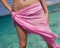 布裙的-热带海滩女孩-库克群岛 免版税库存照片