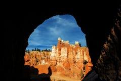 布赖斯从隧道的峡谷视图 库存图片