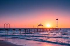 布赖顿在日落的海滩跳船 库存图片