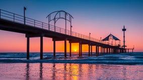布赖顿在日落的海滩跳船 免版税库存照片