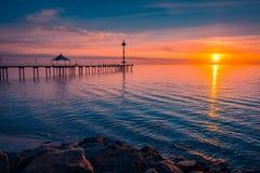 布赖顿在海洋,南澳大利亚的海滩日落 免版税库存图片