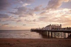 布赖顿海滩和码头美丽的景色在日落 图库摄影