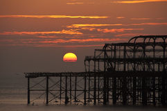 布赖顿西方码头的日落 免版税库存图片
