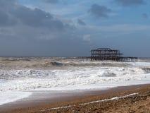 布赖顿, SUSSEX/UK - 2月15日:在风暴以后的布赖顿 免版税库存照片