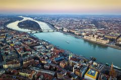 布达佩斯、匈牙利-布达佩斯空中地平线视图有匈牙利的议会的,玛格丽特海岛和桥梁 库存照片
