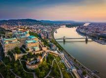 布达佩斯、匈牙利-布达城堡王宫空中地平线视图和与城堡区的南Rondella 免版税图库摄影