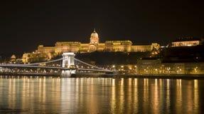 布达佩斯、城堡和铁锁式桥梁 免版税图库摄影