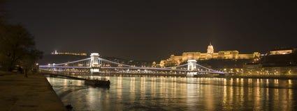 布达佩斯、城堡和铁锁式桥梁 免版税库存图片