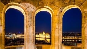 布达佩斯、夜视图在多瑙河,议会和铁锁式桥梁 图库摄影