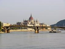 布达佩斯、桥梁在多瑙河和议会大厦 图库摄影