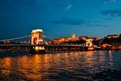 布达佩斯主要桥梁在晚上 库存图片