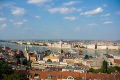 布达佩斯全景向议会大厦和河在屋顶的多瑙河在晚上 免版税库存照片