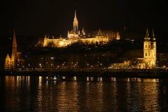 布达佩斯全景在与niight船的夜之前在Danu 免版税库存照片