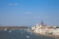 布达佩斯全景有从布达佩斯城堡看的匈牙利议会orszaghaz的,多瑙河在前面 库存照片