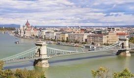 布达佩斯全景有议会和铁锁式桥梁的 库存照片