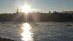 布达佩斯冬天定期的冰冷的多瑙河Mathias教会 免版税库存照片