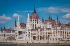 布达佩斯匈牙利议会大厦在科苏特・拉约什广场在,多瑙河的银行的 免版税图库摄影