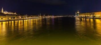 布达佩斯和河多瑙河看法在晚上 库存照片
