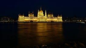 布达佩斯国家议会时间间隔在晚上被阐明的 前景的多瑙河 股票视频