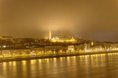 布达佩斯在与多瑙河的晚上劈裂分离Buda和虫两个原始的城市 库存图片