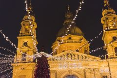 布达佩斯在圣斯德望大教堂正方形,圣诞节心情的圣诞节市场 免版税图库摄影